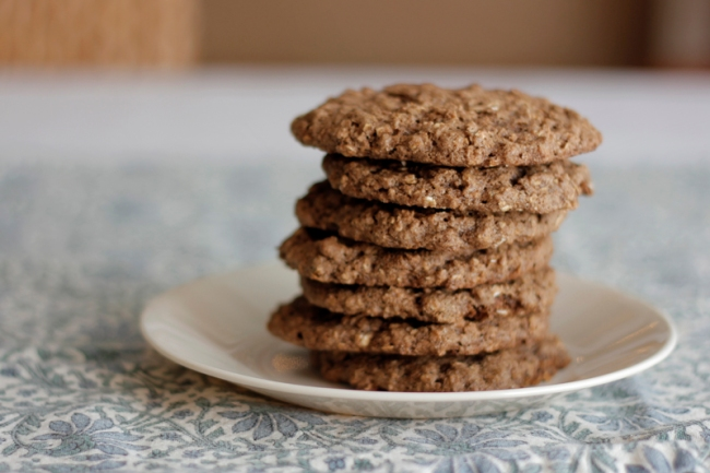 Vegan Chocolate Oatmeal and Peanut Butter Sandwich Cookies | #veggieangie