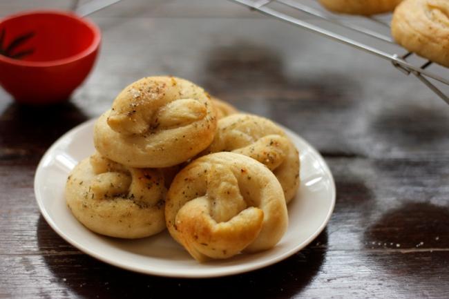 Vegan Mini Soft Pretzels | #VeggieAngie