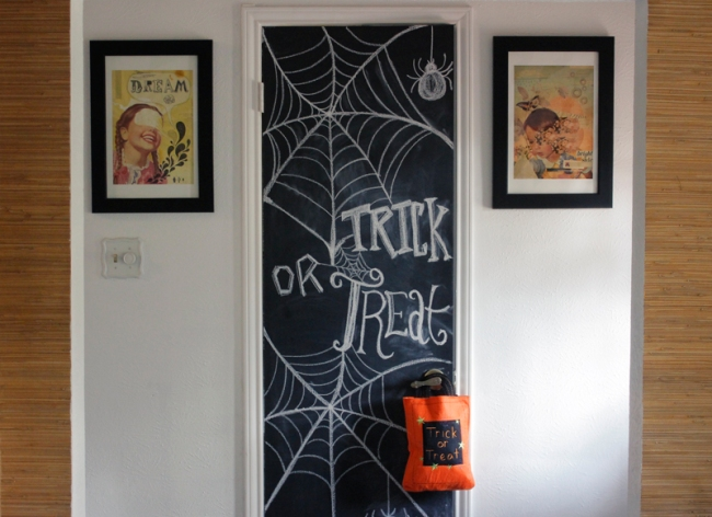 Halloween Trick or Treat Chalkboard Door #veggieangie