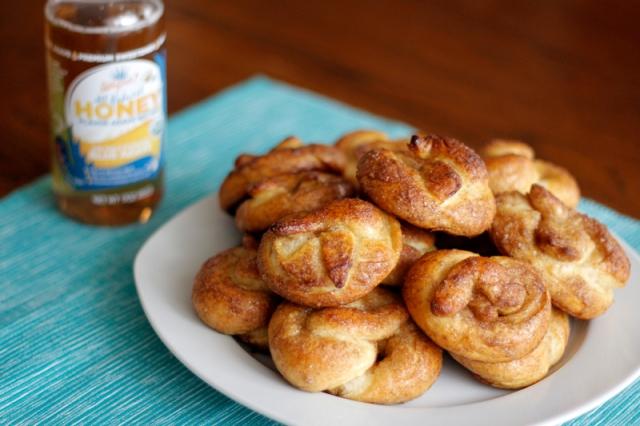 Vegan Cinnamon Sugar Mini Soft Pretzels #veggieangie